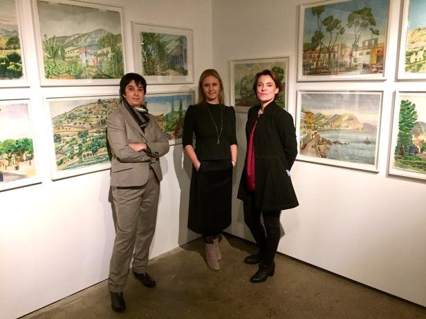 """Onita Wass, museichef på Millesgården tillsammans med Ulrica von Schwerin Sievert och Anna Sievert som gjort boken """"Josef Frank - de okända akvarellerna""""."""
